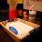 なんちゃんラーメン - テーブルには、すりごま、コショー、餃子のタレなどが置いてあります。
