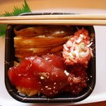 どん丼 - 普通の寿司ネタに比べると倍以上の大きさ