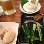 新橋シャモロック酒場 - お通し(左)、ポテトサラダ、きゅうりのたたき南蛮味噌添え