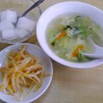 21617518 - 餃子セットのスープ・もやしナムル・杏仁豆腐