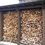 トト - お店の外には薪がたくさん!