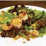 ジョエルデュラン - 【プロヴァンスハーブとコンフィチュールのサラダ】ホタテと海老の甘さがアプリコットの酸味とマッチするので、 ドレッシングとよく絡めて召し上がってください。
