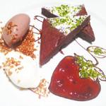 ジョエルデュラン - 【チョコレートブラウニー】口溶けが良く、とても滑らかでケーキと言うよりも生チョコレート を食べているような味わいを楽しめるブラウニーになっています。 隣に添えてある季節のコンフィチュールと一緒に お召し上がり下さい。