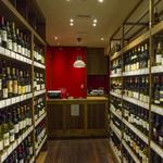 有楽町ワイン倶楽部 - ワインショップには常時300種類、1,050円~ご用意。