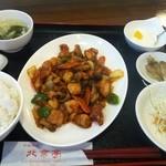 北京亭 - 鶏もも肉のブツ切り辛味炒め定食 750円