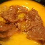 本みやけ - 特選和牛ロース鍋 玉子に浸けて食べる