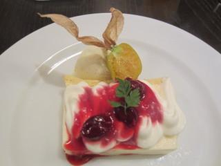 LeBRETON - そして福岡の数々の名店でも修業されたシェフご自慢のデザート、この日はレアチーズケーキとアイスクリーム、上にはホオズキが乗ってます。
