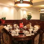 鑫福火鍋城 - 丸テーブルには回転台を設置。12名様でのお食事を楽しく演出いたします。