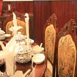 鑫福火鍋城 - 高級感あふれる装飾や食器をご用意し、リッチな雰囲気の中でお食事をお楽しみいただけます。