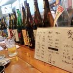 くろしお - この日は、「生中100円!」。一升瓶がズラリ。値段が書いてあります。