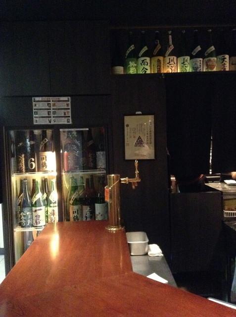 日本酒スタンド 酛 - うす暗い店内
