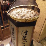 焼きハマグリ新三郎 - ハマグリ が売り