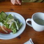 21648791 - ランチのサラダとスープ