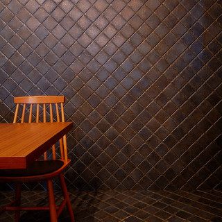 印象的なタイルがエントランスから床、そして壁へと続きます。