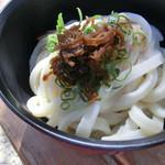 須崎食料品店 - 冷たいうどん。ねぎと青唐辛子の醤油漬けは持参で(笑)
