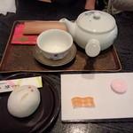 菊屋 - お煎茶と季節のお菓子(900円)