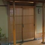 お料理 宮本 - シンプルな玄関です。