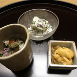 お料理 宮本 - 奥に白和え、手前の左が鮑といくらと渡り蟹。右はうにと剣先いか。
