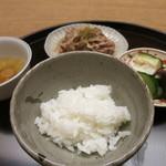 お料理 宮本 - 白ご飯と、奥にすき焼き煮と香のもの。