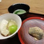 お料理 宮本 - 「新甘泉」という梨とマスカットとワインのゼリー寄せ。右はこしあん入りのわらび饅頭。←饅頭おいしかった~。