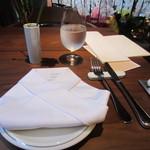 白金茶房 - 今村明雄さんのプロデュースされた店内は張り出した軒が心落ち着かせる開放的なテラスになってます。