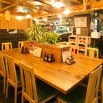 魚寅食堂 - テーブル席もご準備しておりますのでお気軽にどうぞ。