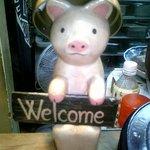 やきとん玉や - 席の前に居た豚さん