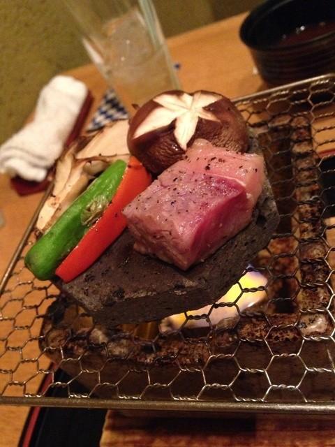 こころぎ - ワインビーフの溶岩焼き