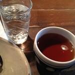 ロカ - お冷と熱いお茶がでます♪