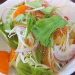 レストラン仏区里屋 - 野菜いっぱいのサラダ