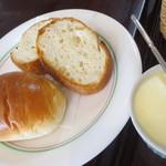 レストラン仏区里屋 - セットのパン&バターたっぷり