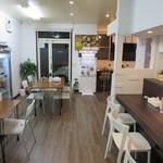 麺創房LEO - 清潔で明るく、広々した店内でゆったりとラーメンをご賞味下さい。