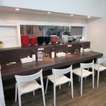 麺創房LEO - 広く、奥行きのあるカウンター席。