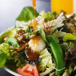 焼肉ぎゅう舎 - 旬の美味しさを彩り豊かに盛り付けた『ぎゅう舎サラダ』