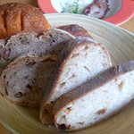 ラムヤート - 2日目:真ん中のがクルミ入りライ麦パン
