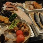 隠れ家ろばた さーら - 料理写真:その日のオススメをディスプレイからお選びください。
