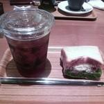 ホノルルコーヒー ダイバーシティ東京プラザ店 - 生ハムクリームチーズのサンドイッチ。前に見えるのは、友達の頼んだコーヒーカップのティラミス