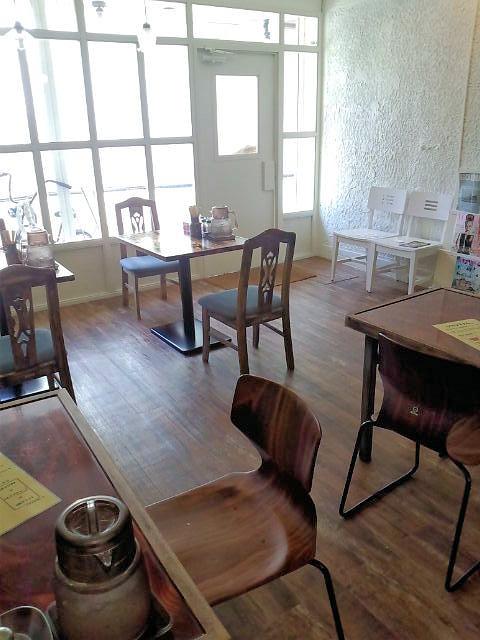 シマシマトム - カウンターから望むテーブル席