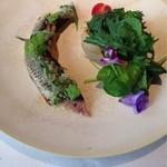 イザイ - 秋刀魚の炙りと焼きナスのサラダ