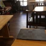 21678824 - テーブル席。カウンターもあります。