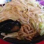 麺や 唯桜 - 小は麺200gなので、山はほぼ野菜。