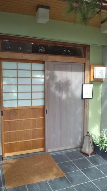 旬香亭 - ポンチ軒の玄関です。一見したところ普通のお家ですね。