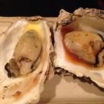 赤羽のざきや - 「焼牡蠣」200円×2。右が「ウニソース」。左手が「ガーリックバター」。