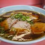 元祖加古川ラーメン - チャーシュー麺、鶏ガラ醤油と思われる、濃い色のスープです