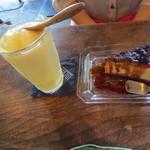 谷中 ボッサ - 妻はクプラスのフローズンドリンク(600円)とココナッツとしょうがのプリンを。セットで1100円。