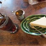 谷中 ボッサ - 自分はアイスコーヒー(450円)にメープルチーズケーキ。セットで950円。