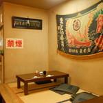 新中野まとい寿司 - 小上がりの座敷にも禁煙表示