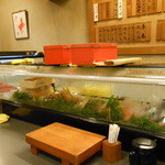 新中野まとい寿司 - カウンターのショーケース