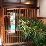 キッチンバー混 - 暖簾をくぐった入口も風情がある