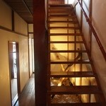 キッチンバー混 - 階段を上がって2F席へ案内される